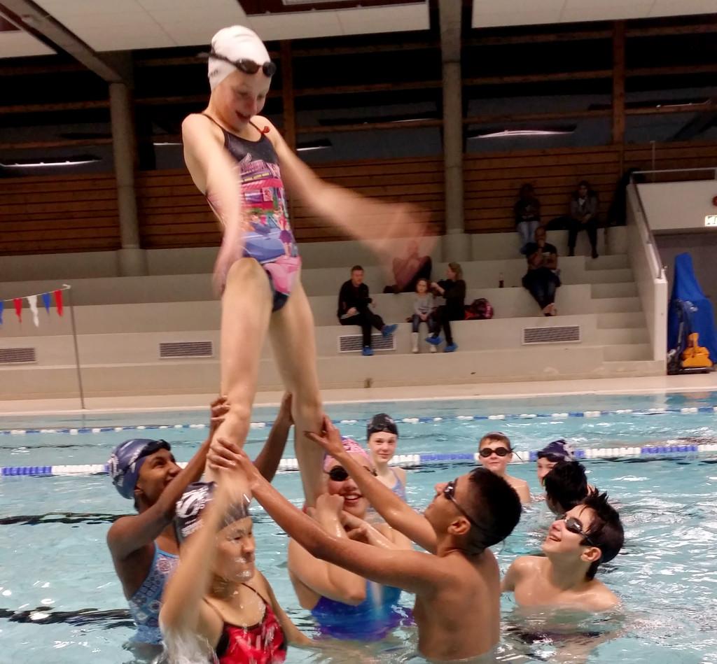 C-gruppa satte av en hel trening til å øve på synkronsvømming.